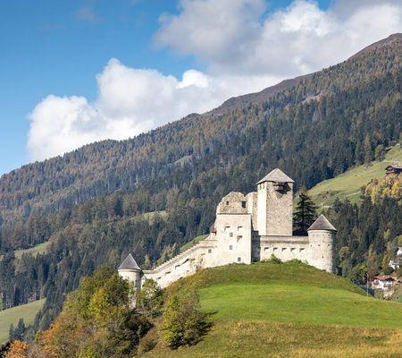 Die Burg Heinfels ist Sehenswürdigkeit, Museum und Veranstaltungsort.