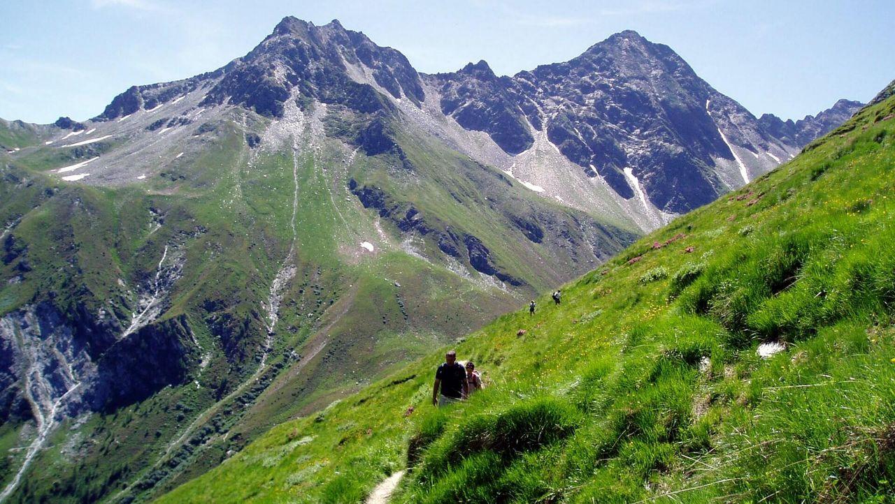 Der Lasörling Höhenweg führt hoch über dem Virgental und bietet atemberaubende Aussichten.