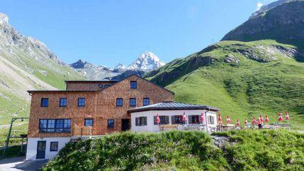 Die Lucknerhütte ist eine private Schutzhütte im Osttiroler Ködnitztal auf 2241 m