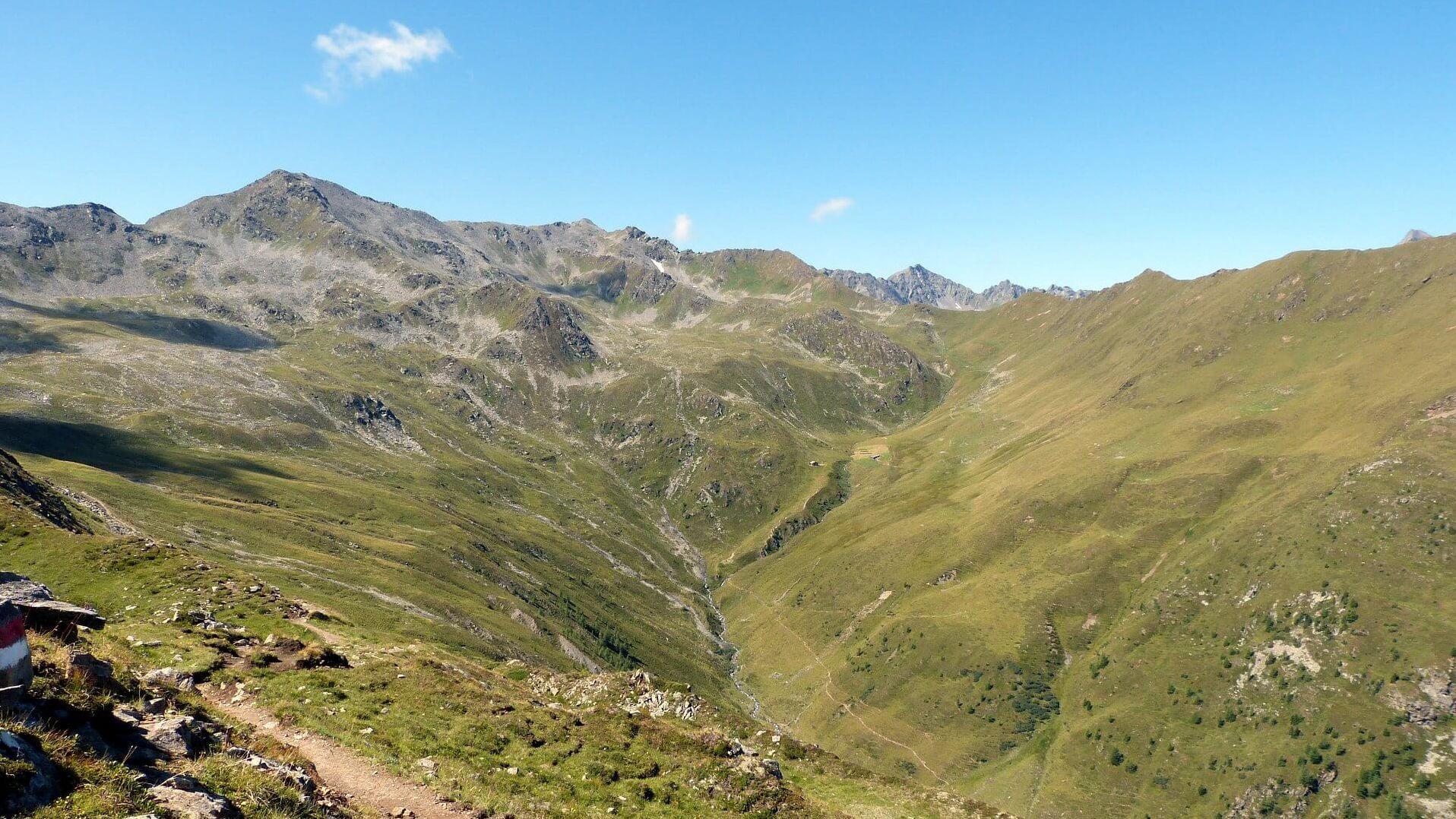 Die Alm befindet sich am Ende des Steinkaastales, unterhalb des Lasörling Höhenweges.