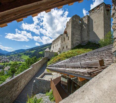 Die Burg Heinfels ist Sehenswürdigkeit, Museum und Veranstaltungsort