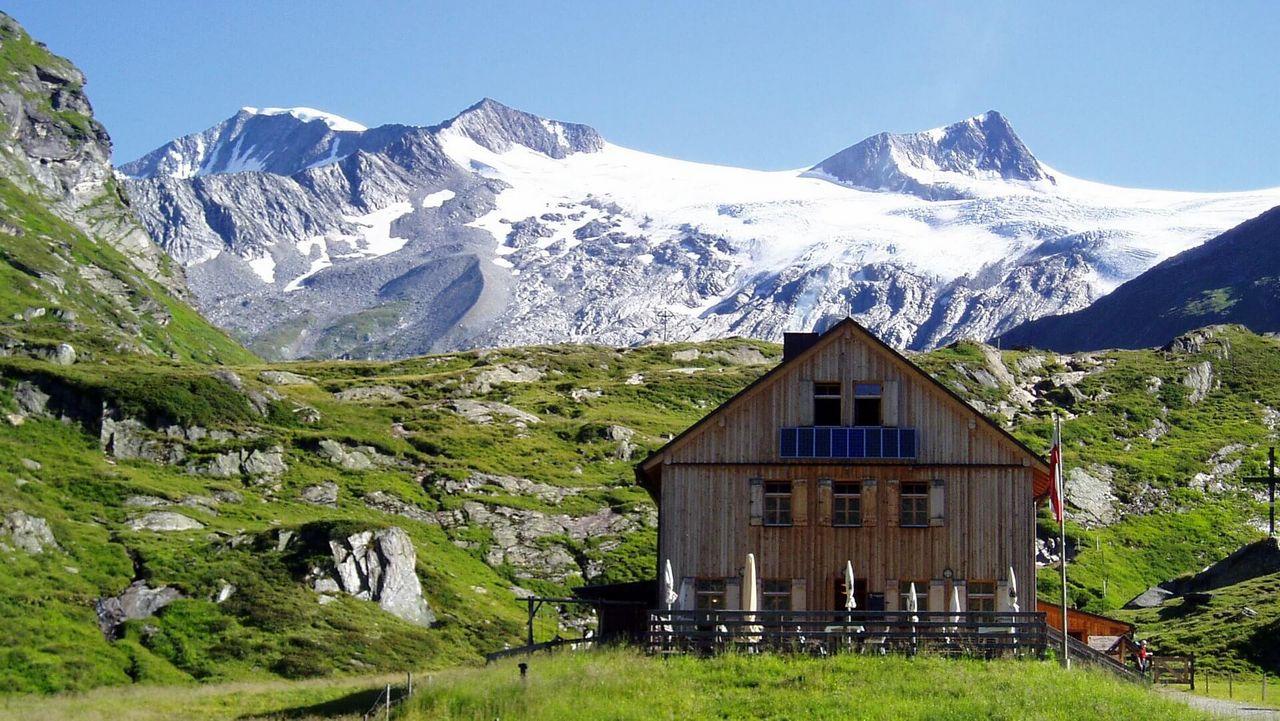 Direkt unter dem Großvenediger steht eine der ältesten Berghütten Österreichs - die Johannishütte (2.121 m).