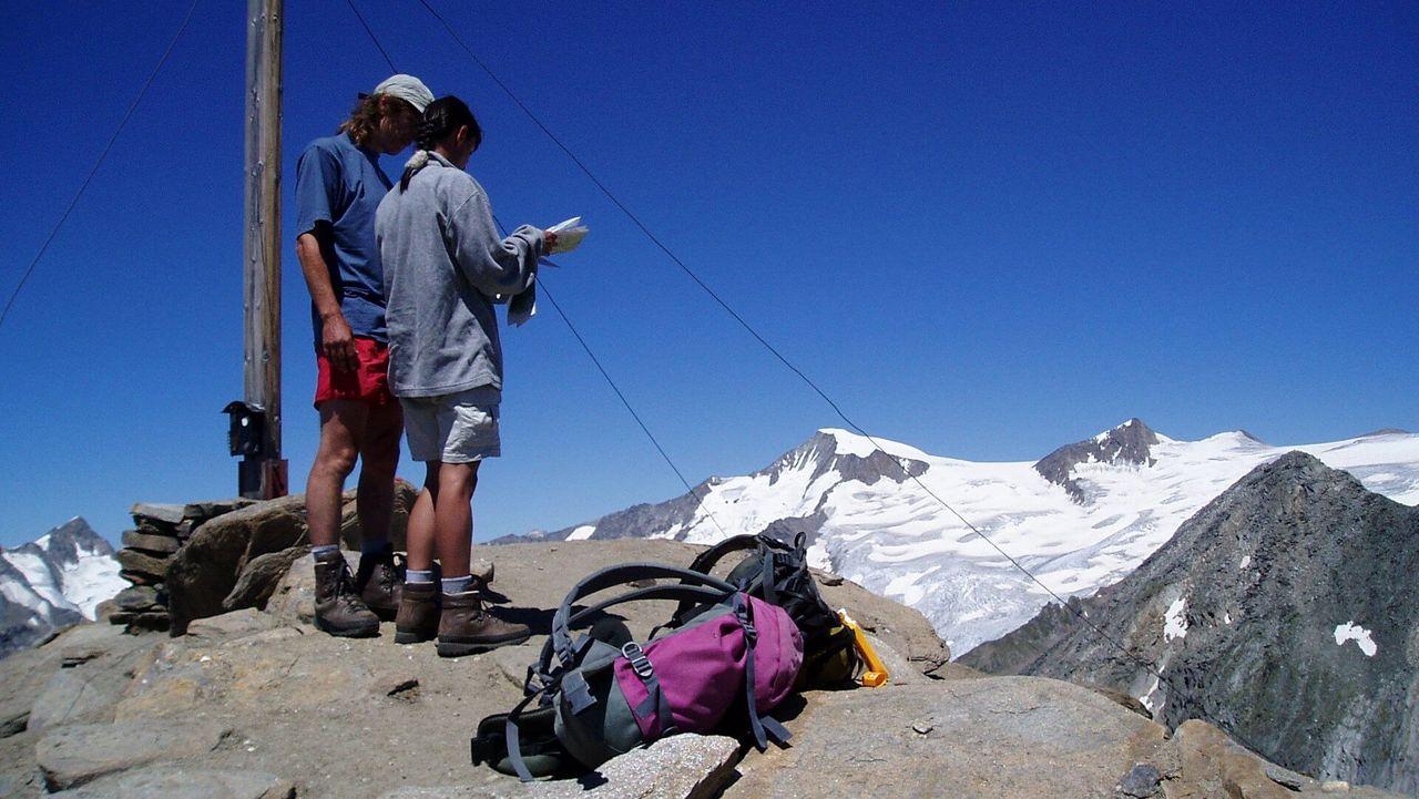 Am Gipfel Kreuzspitze (3.164 m) im Hintergrund der Großvenediger (3.657m)