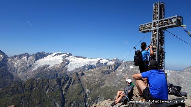 Am Gipfel Kreuzspitze (3.164 m) im Hintergrund der Großvenediger (3.657m).