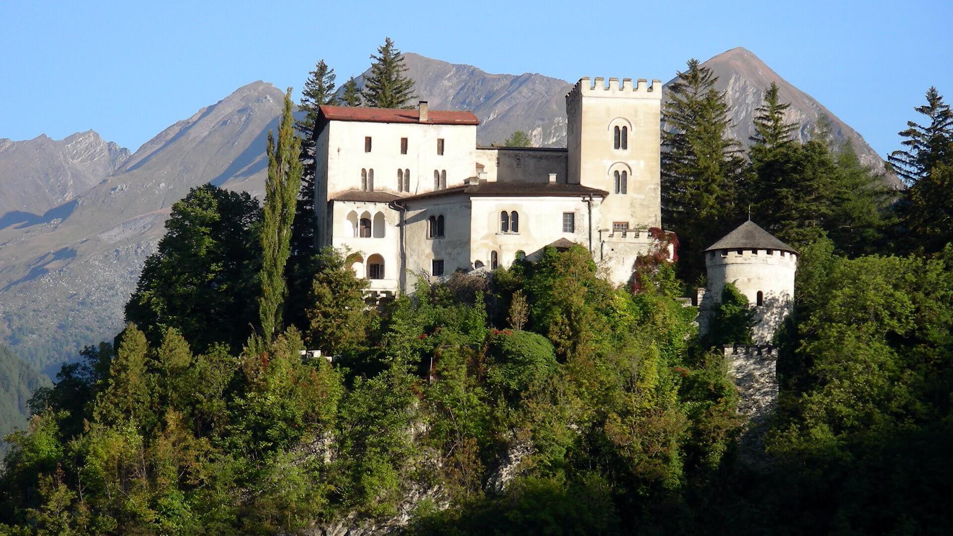 Seit mehr als 900 Jahren ist das Schloss Weißenstein in Matrei ein Blickfang in luftigen Höhen