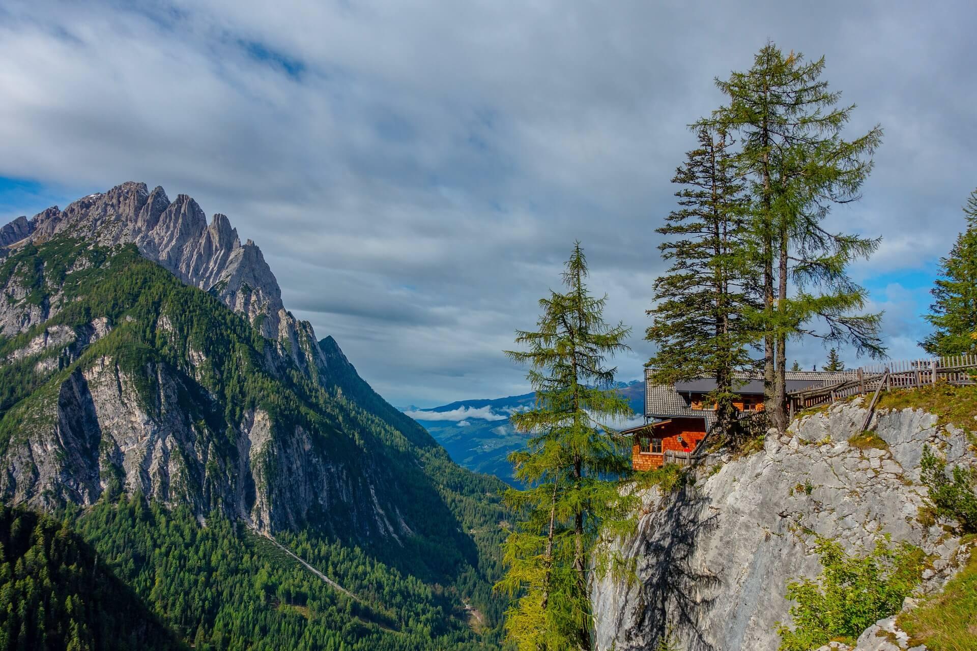 Direkt unterhalb des Hütte auf 1.600m ist der Klettergarten Dolomitenhütte